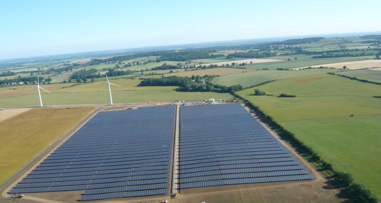 El Reino Unido detiene los subsidios para parques solares inferiores a 5 MW y cambia su esquema FiT